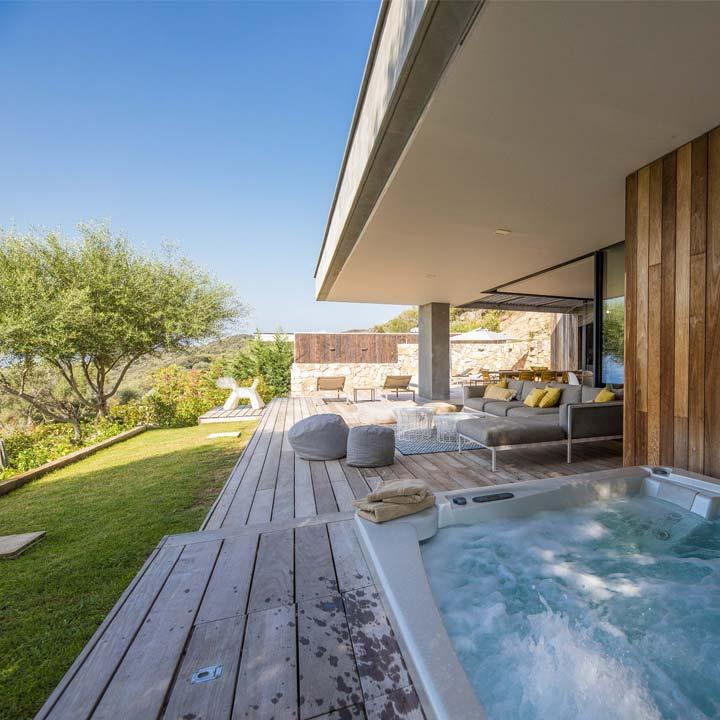détente dans le spa avec vue panoramique sur la mer et les montagnes